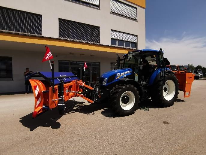 Traktor za zimsko službo